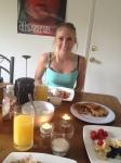 tjej laddad för pancakes